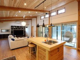 柱:スギ、梁:カラマツ、床・天井:スギ